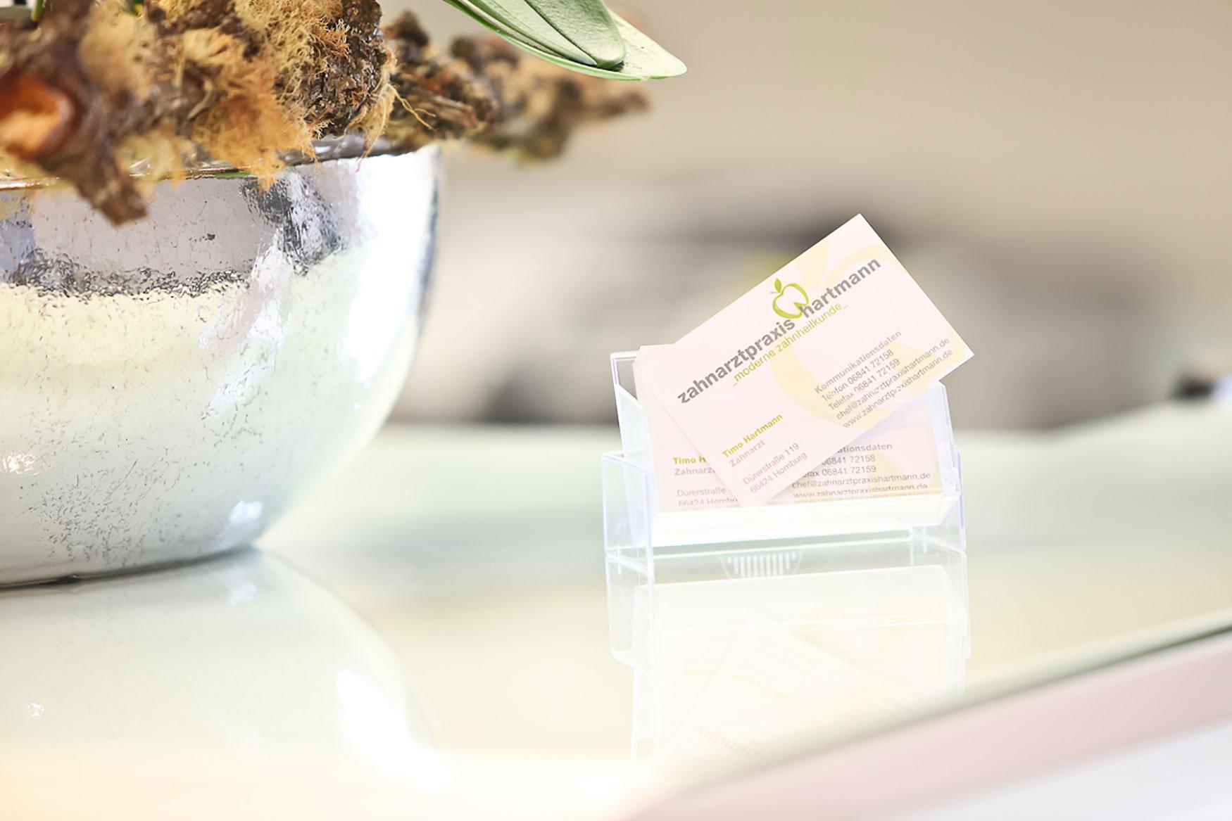 Hier zu sehen sind die Visitenkarten der Praxis | Zahnarztpraxis Hartmann