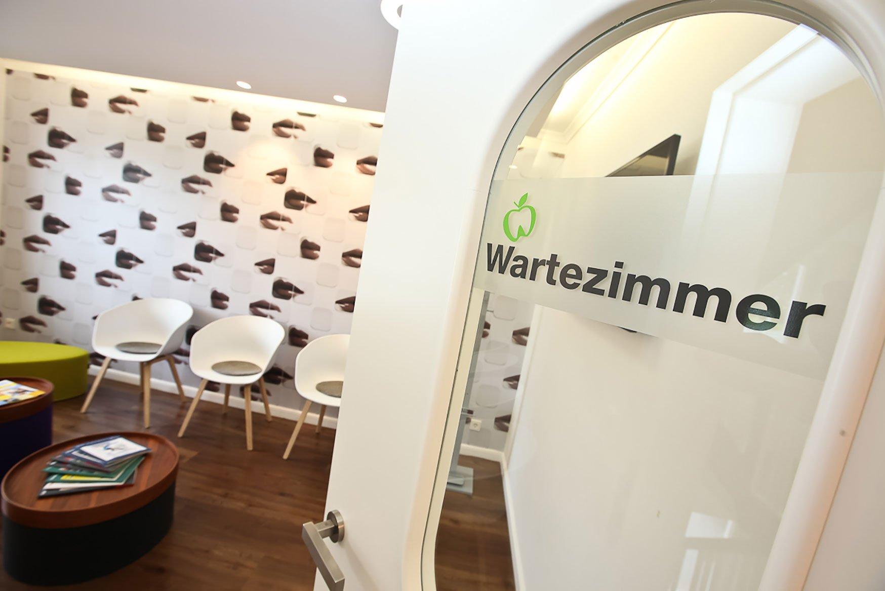 Hier zu sehen ist das Wartezimmer der Praxis | Zahnarztpraxis Hartmann